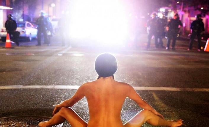 """ABD'deki polisleri """"kaçıran"""" çıplak gösterici viral oldu"""