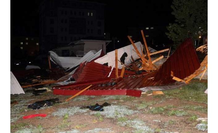 Şiddetli rüzgar çatıları uçurdu!