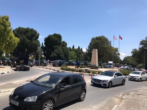 Eylem Meclis Önünde Sürüyor… Araçlı Eylem Nedeniyle Trafikte Aksamalar Yaşanıyor
