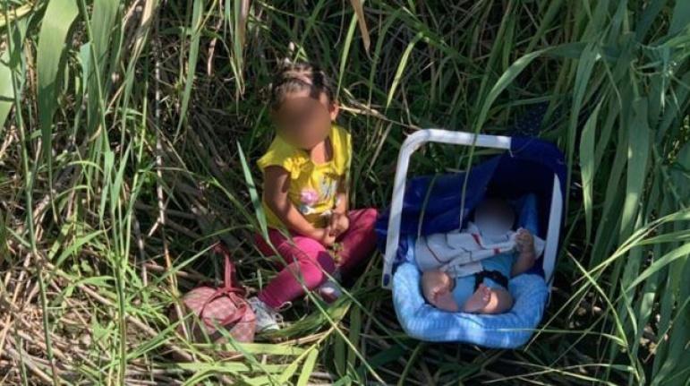 2 yaşında ve 3 aylık iki kardeş, nehir kenarına terk edilmiş halde bulundu