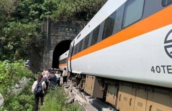 Çin'de Yolcu Treni Demir Yolu İşçilerine Çarptı: 9 Ölü