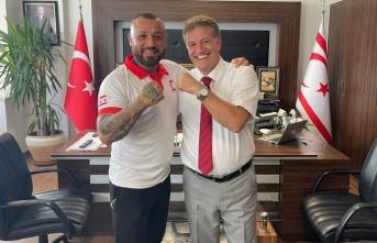 """Arıklı, Milli Boksör """"Demir Yumruk"""" Metin Turunç'u makamında kabul etti"""