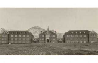 Kanada'da Eski Bir Yatılı Okulun Bahçesinde 215...