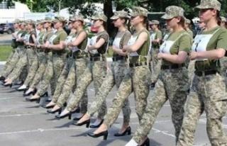 Ukrayna'da kadın askerlerden topuklu prova