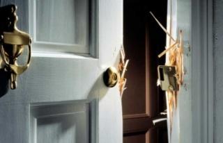 Kapıyı kırdı, darp etti, soygun yaptı
