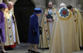 İngiltere Kraliçesi artık bastonlu...