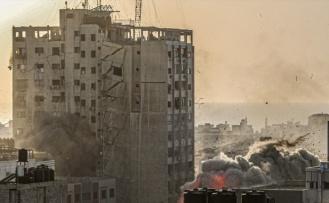İsrail, 14 katlı binayı yerle bir etti!