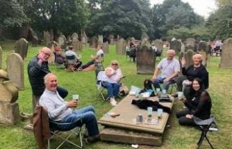 Mezar taşları masa ve tabure oldu