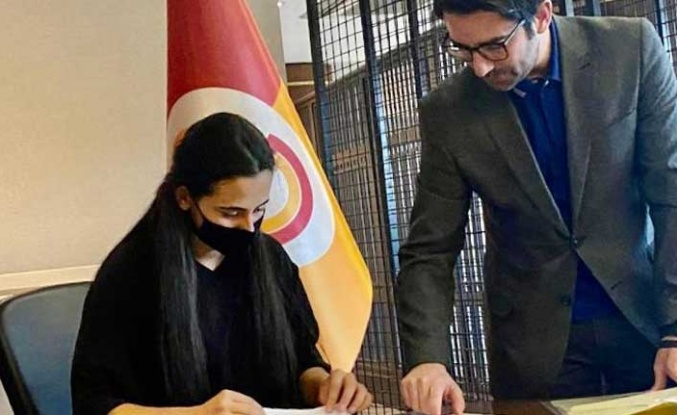 İlk Kez Profesyonel Olarak Kıbrıslı Bir Kadın Futbolcu Galatasaray'a Transfer Oldu