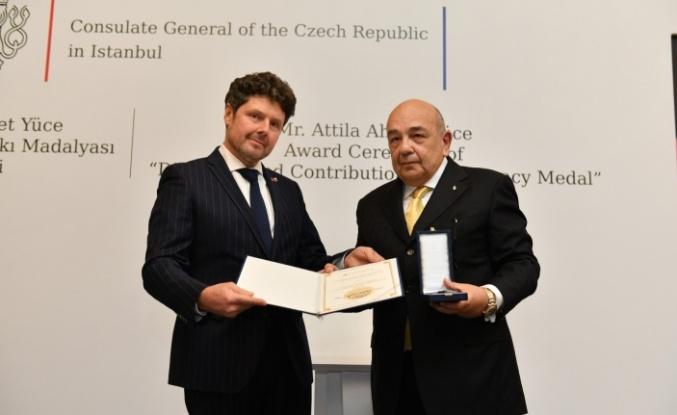 """Ahmet Yüce, """"Diplomasiye Üstün Katkı Madalya'sını"""" törenle aldı…"""